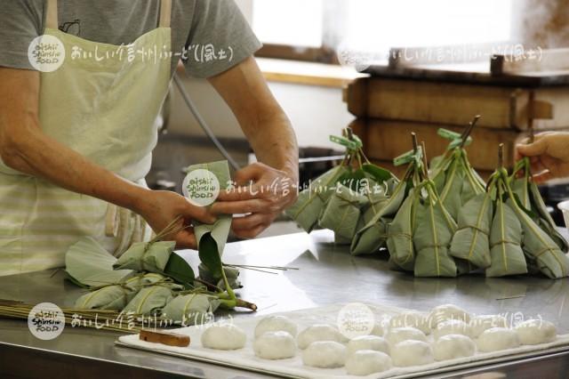 農村女性加工グループの朴葉巻作り