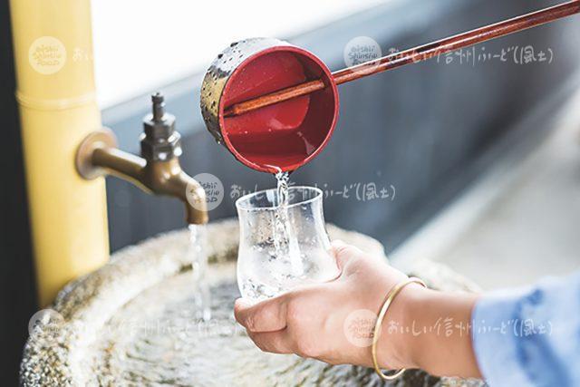 日本酒を柄杓で注ぐ