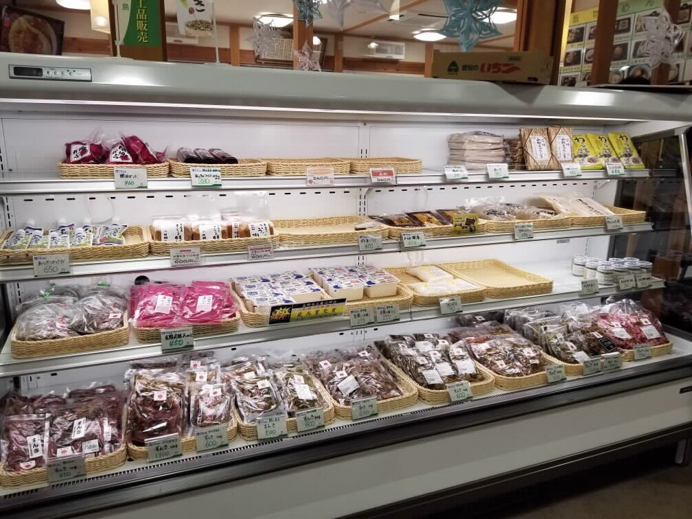 直売コーナーの冷蔵ケースに並ぶ、主に個人出荷者のすんき。